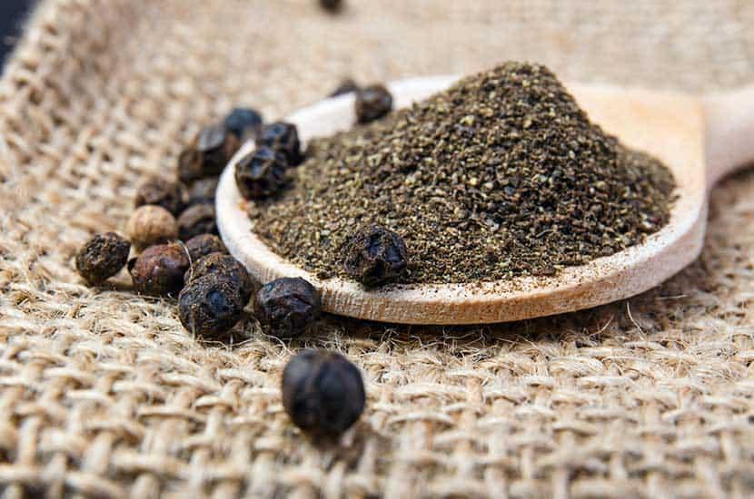La piperina de la pimienta negra tiene efectos anti-obesidad