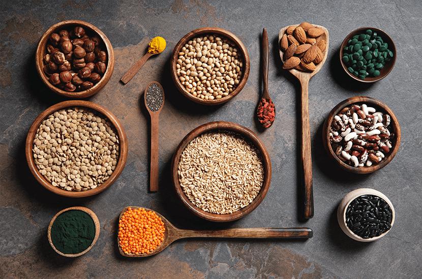No toda la proteína tiene que ser de origen animal. Las legumbres, frutos secos y semillas también son excelentes fuentes de proteína.