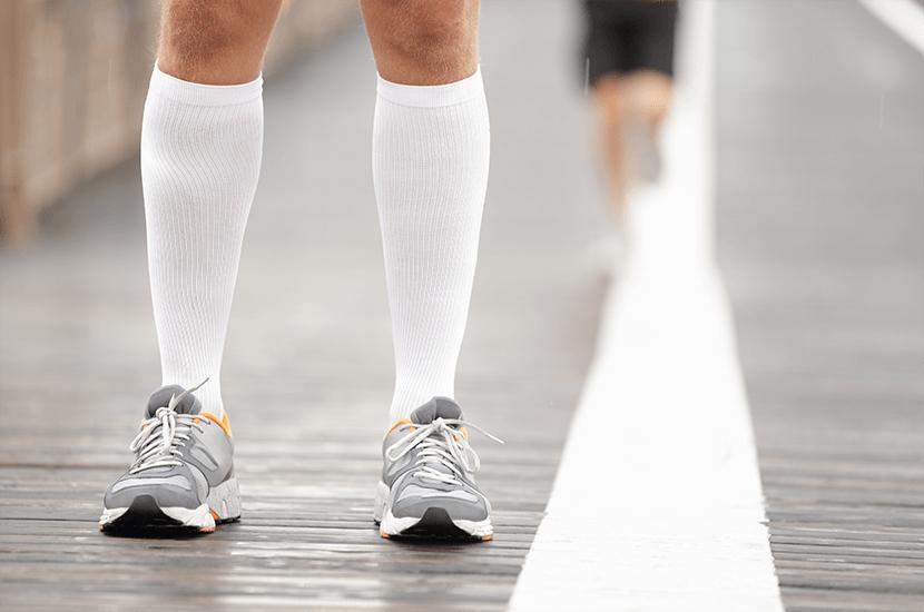Los atletas usan medias de compresión para estimular la circulación durante el ejercicio