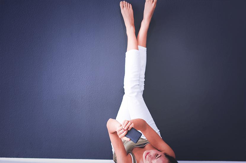 Elevar las piernas es una forma fácil de aliviar la presión e hinchazón en las piernas y tobillos