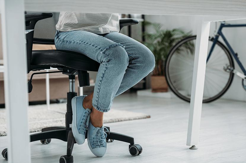 Pasar demasiado tiempo sentado contribuye a la mala circulación en las piernas