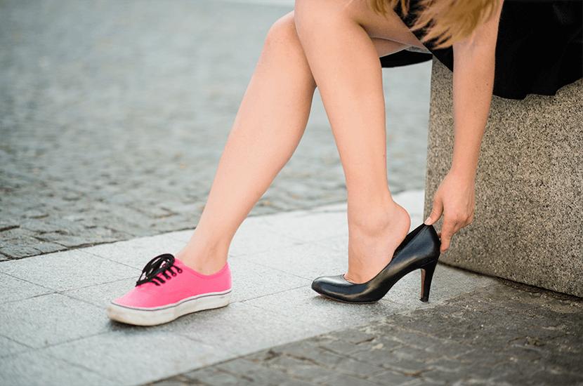 Los zapatos de tacón alto cambian en centro de gravedad de tus piernas y contribuyen a la hinchazón y las várices