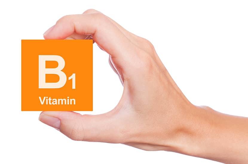 La vitamina B1 juega un rol fundamental en el metabolismo de los azúcares en el cuerpo.