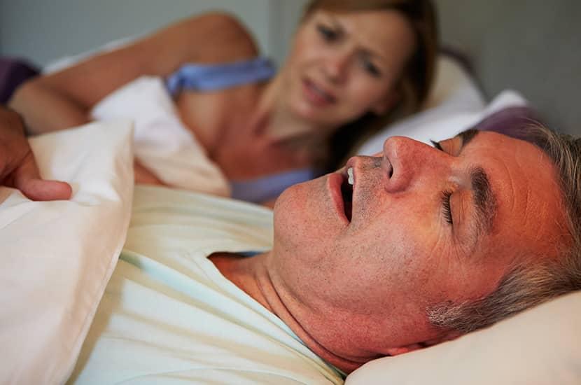 El ronquido se produce cuando la respiración se bloquea durante el sueño