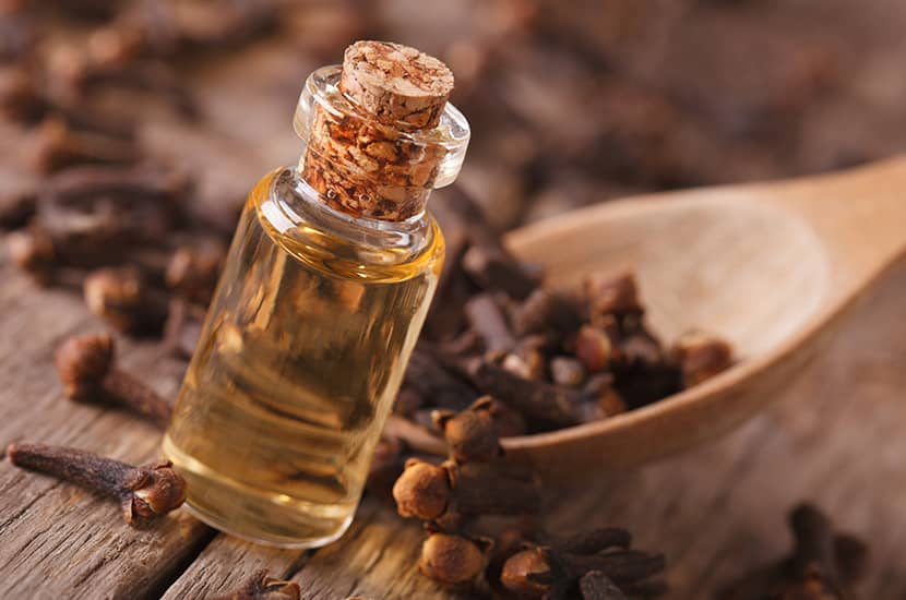 El aceite de clavo tiene propiedades antimicrobianas y analgésicas